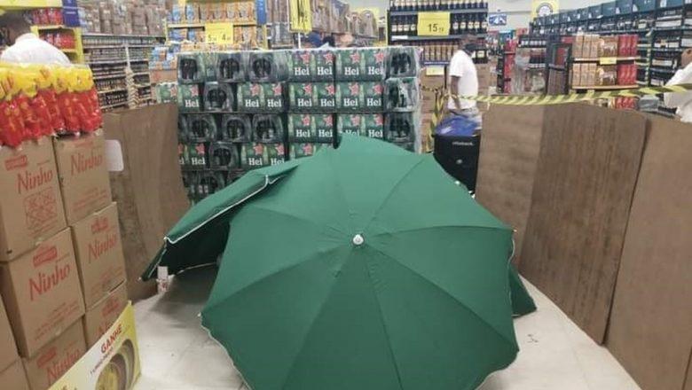 Trabalhador morre em supermercado no Recife, corpo é coberto por guarda-sóis, e local continua funcionando
