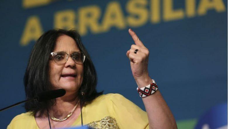 """Jornalista da Folha faz insinuações, sugere que Damares se demita, e ministra detona: """"Terá que provar isso na Justiça a partir de agora. Espero que se retrate, cara militante"""""""