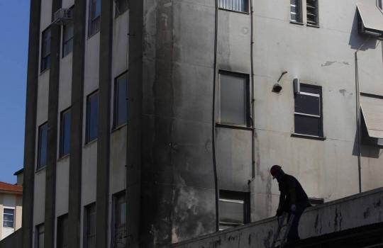 Bombeiros entram no terceiro dia de trabalho e realizam rescaldo no HFB