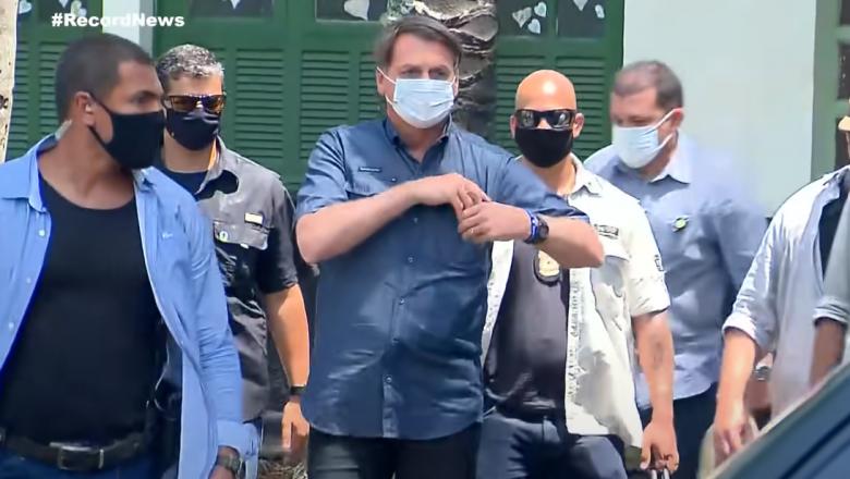 """Ao votar, Bolsonaro cobra a implantação do """"voto impresso"""""""