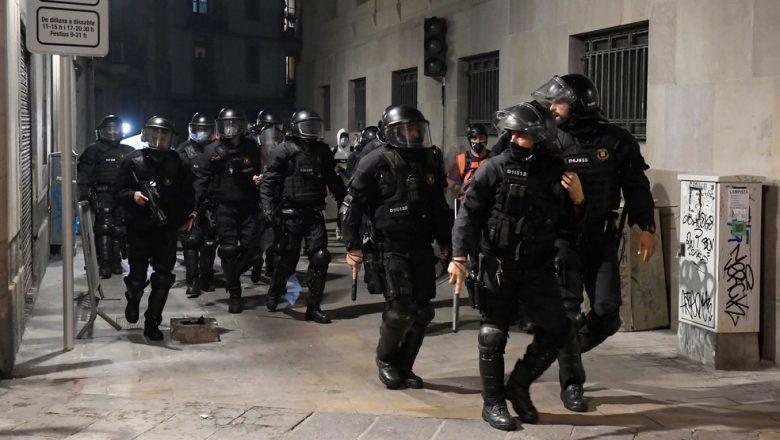 Espanha enfrenta segunda noite de protestos contra medidas de restrição