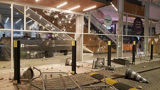 Manifestações contra racismo são marcadas por vandalismo em Carrefour de SP