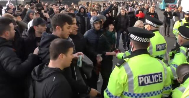 Novo 'lockdown' gera protestos pela Inglaterra