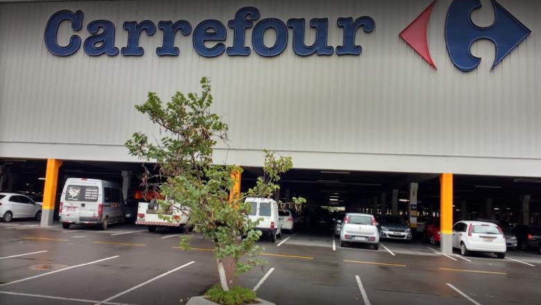 Polícia investiga pessoas que 'assistiram passivamente' morte de homem no Carrefour