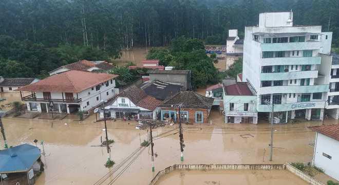 Chuvas provocam mortes e estragos em SC, dizem Bombeiros