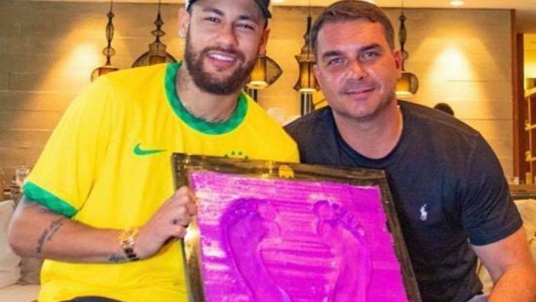 Neymar é alvo de cancelamento após posar em foto com o senador Flávio Bolsonaro