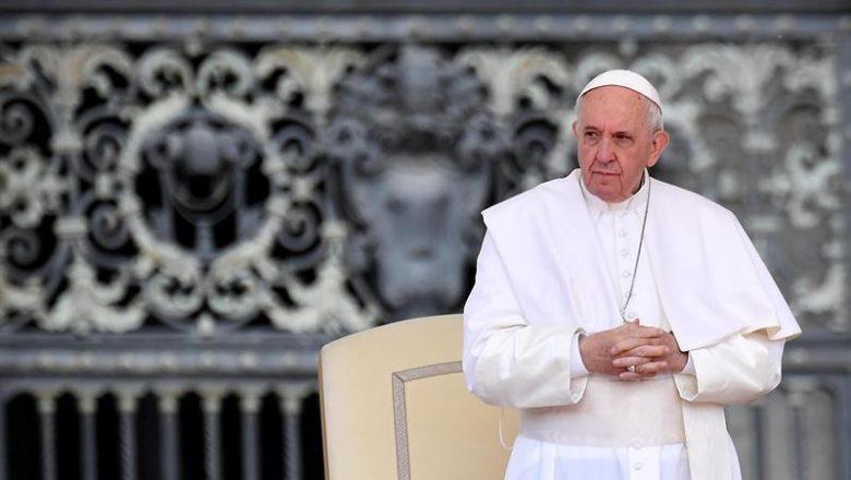 Papa critica pessoas que viajam de férias para fugir dos lockdowns contra Covid