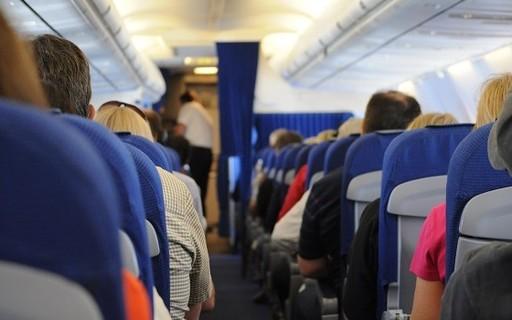 Avião teve que voltar a aeroporto para retirar passageiro que se recusou a usar máscara, Veja vídeo do momento em que a PF retira o homem da aeronave