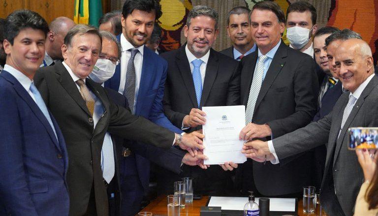 Bolsonaro vai à Câmara pessoalmente entregar projeto de privatização dos Correios