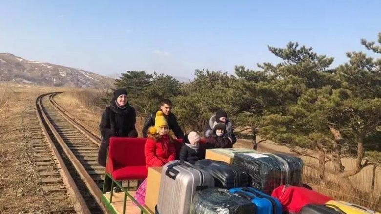 Diplomata russo deixa a Coreia do Norte empurrando carrinho ferroviário