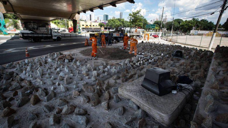 Gestão Covas coloca pedras sob viadutos em SP para evitar moradores de rua