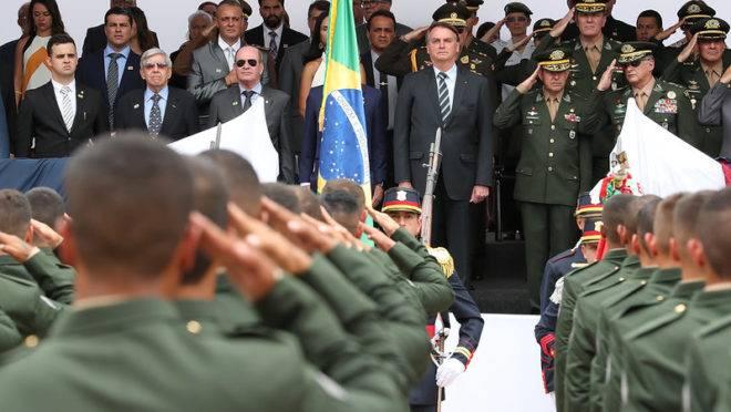 """Governo Bolsonaro é atacado novamente por ministro do STF: """"remilitarização do governo civil é preocupante"""""""