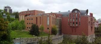 """A Universidade do Porto, no norte de Portugal, suspendeu por 90 dias um professor de economia que, entre outras falas preconceituosas, disse que """"as mulheres brasileiras são uma mercadoria""""."""