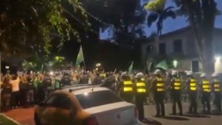 Aos gritos de 'renuncia', manifestantes protestam em frente à casa de Doria; vídeo