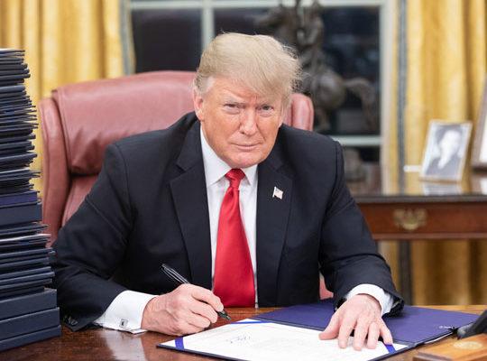 """Em discurso, Trump diz que voltará a comandar os Estado Unidos: """"Quem sabe, posso até decidir vencê-los pela terceira vez"""""""""""
