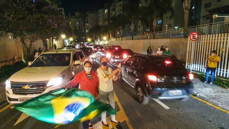 Manifestantes realizam protesto na porta da casa do ministro Edson Fachin