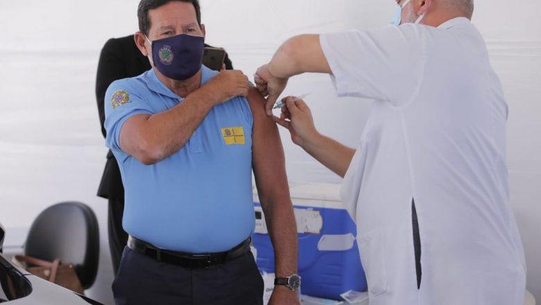 Mourão toma a primeira dose de vacina contra covid-19