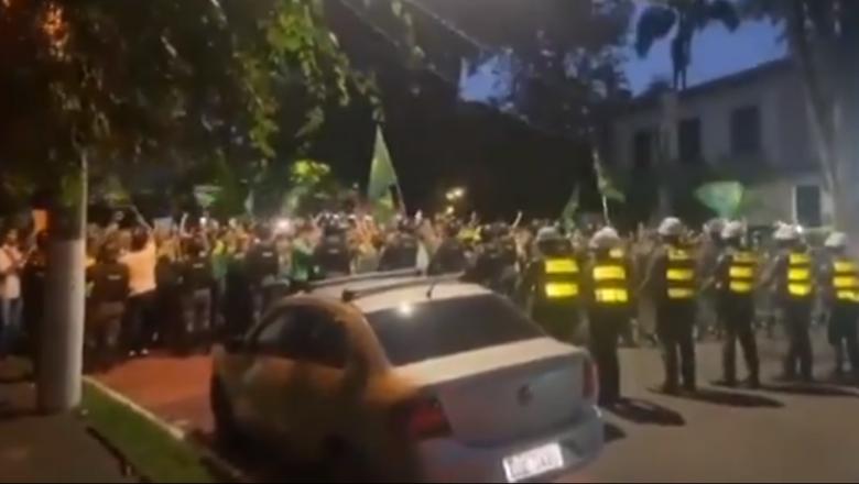 Multidão cerca a casa de João Doria pedindo a sua renúncia