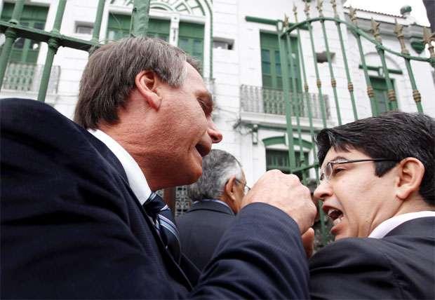 """Bolsonaro fala em sair na """"porrada"""" com Randolfe Rodrigues"""